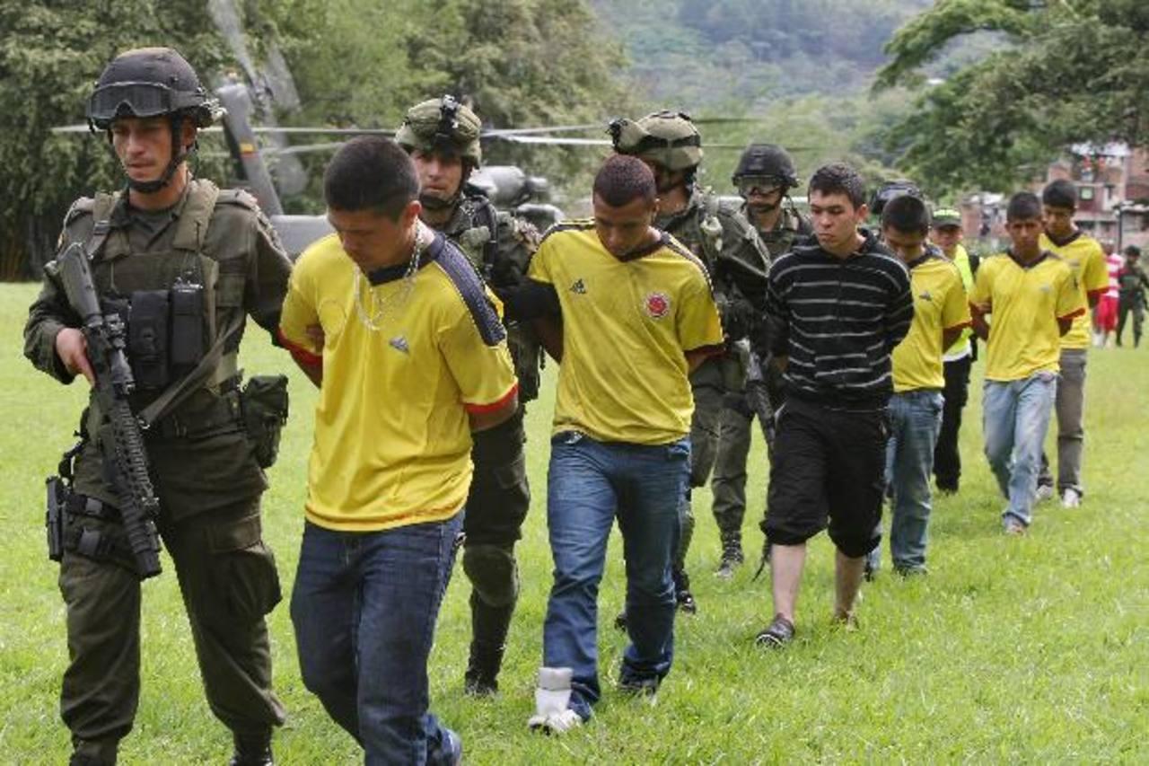 La policía custodia a los terroristas detenidos.