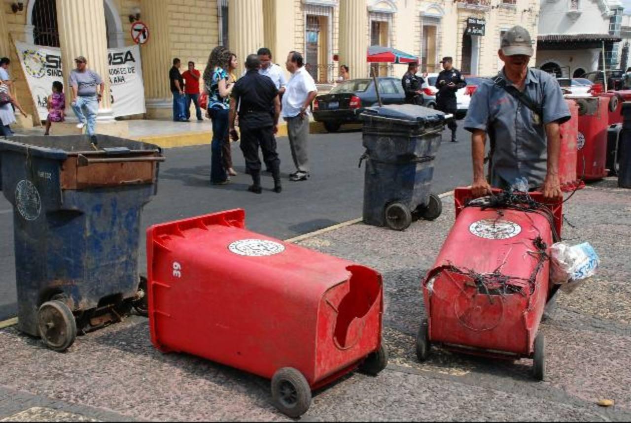 Los sindicalistas mostraron el mal estado de los recipientes usados para recoger la basura. foto edh / CRISTIAN DÍAZ
