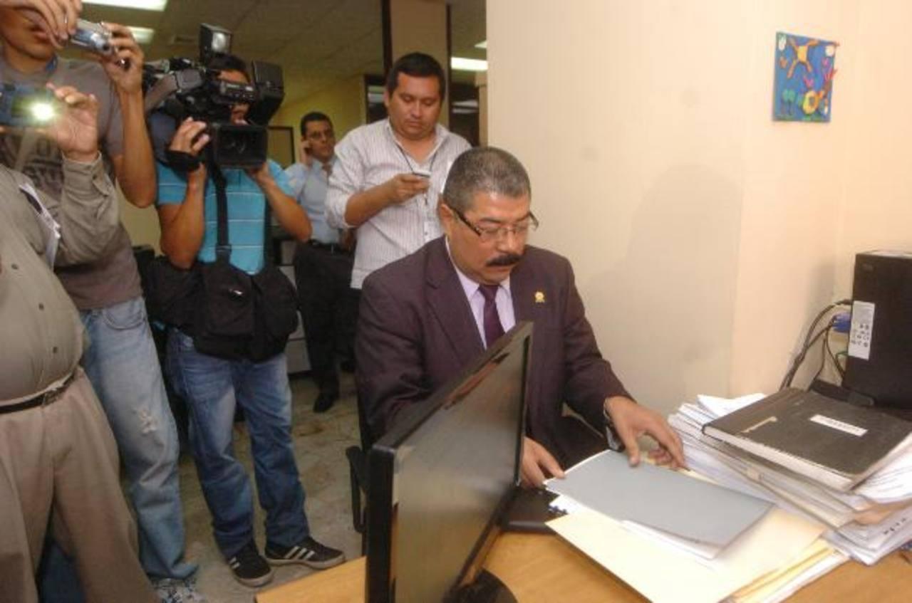 Momentos en que el magistrado Javier Bernal presenta la demanda de amparo a la Secretaría de la CSJ. foto EDH