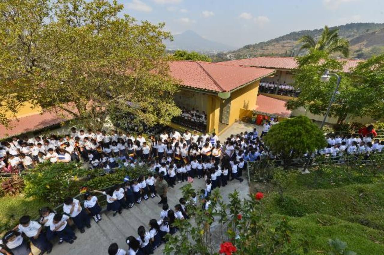 Alumnos del complejo educativo recibieron a los diplomáticos con calurosos aplausos y ondeando banderas de ambos países. foto edh / Marvin Recinos