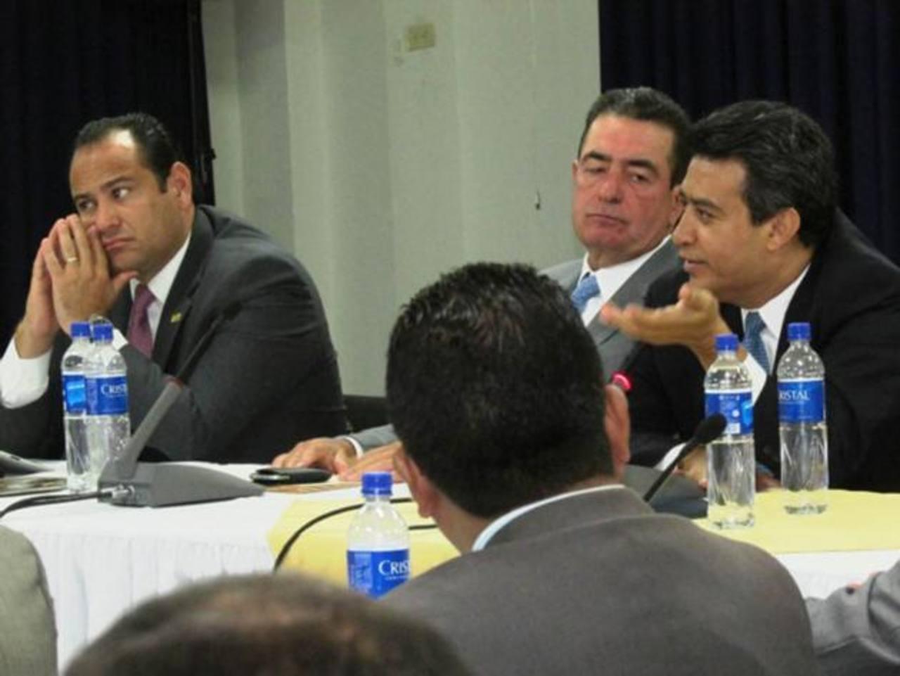 Miembros del Consejo del crecimiento con políticos. foto edh