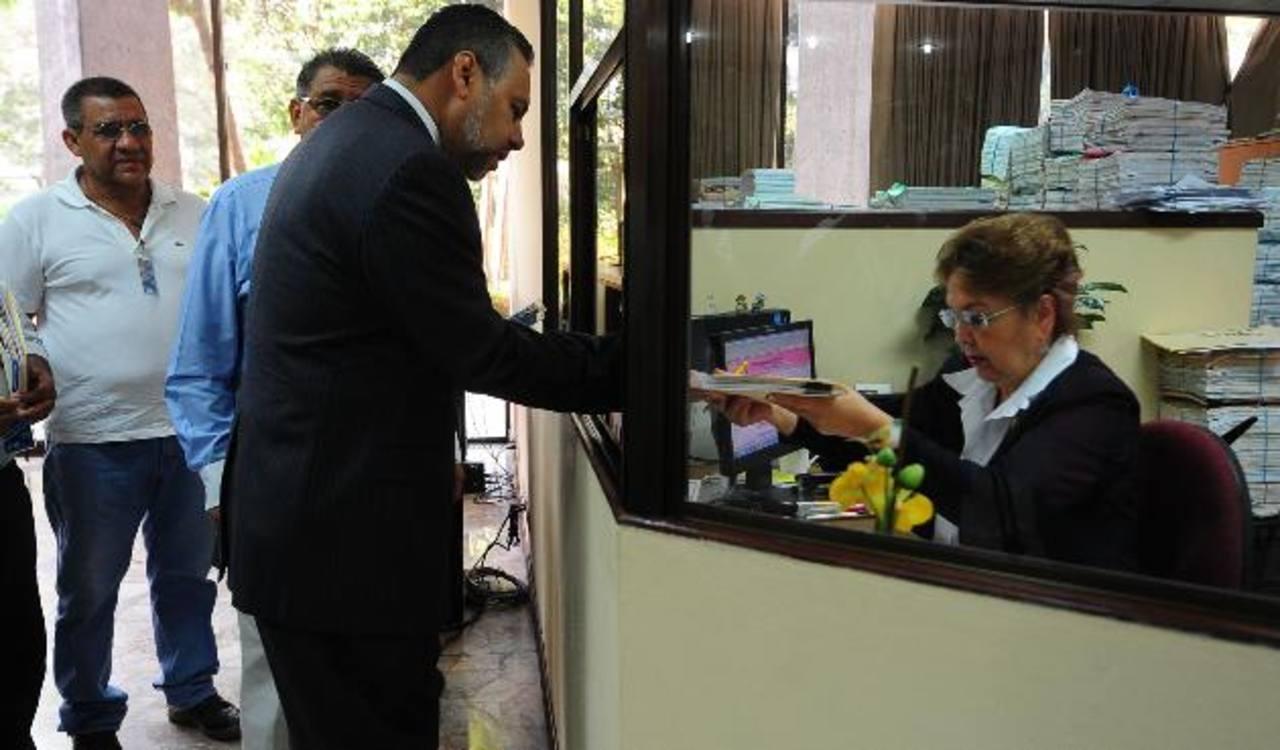 Enrique Anaya, representante del Comité de Trabajadores en Defensa de Ahorros de Pensiones, presenta la demanda de inconstitucionalidad ante la secretaría de la Corte Suprema de Justicia. foto edh / lissette lemus