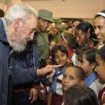El exgobernante cubano saluda a los niños, maestros y vecinos de la comunidad. Foto Reuters