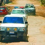 Varias patrullas policiales tuvieron que custodiar el carro de Medicina Legal que transportó el cadáver. Foto EDH / Archivo