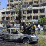 Personal de seguridad inspecciona un automóvil incendiado en el lugar donde estalló una bomba en el distrito de Marjeh, en el centro de Damasco. Foto/ AP