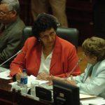 La diputada del FMLN, Lorena Peña (izquierda), y Carmen Elena de Escalón, de ARENA, conversan en la Asamblea. El FMLN cambió decreto para que ARENA votara. foto edh / Jorge Reyes