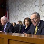 El miembro del Comité Judicial del Senado, senador Charles Schumer, demócrata de Nueva York, derecha, cuestiona a un panel de testigos durante una audiencia sobre la reforma migratoria en Estados Unidos. Foto/ AP