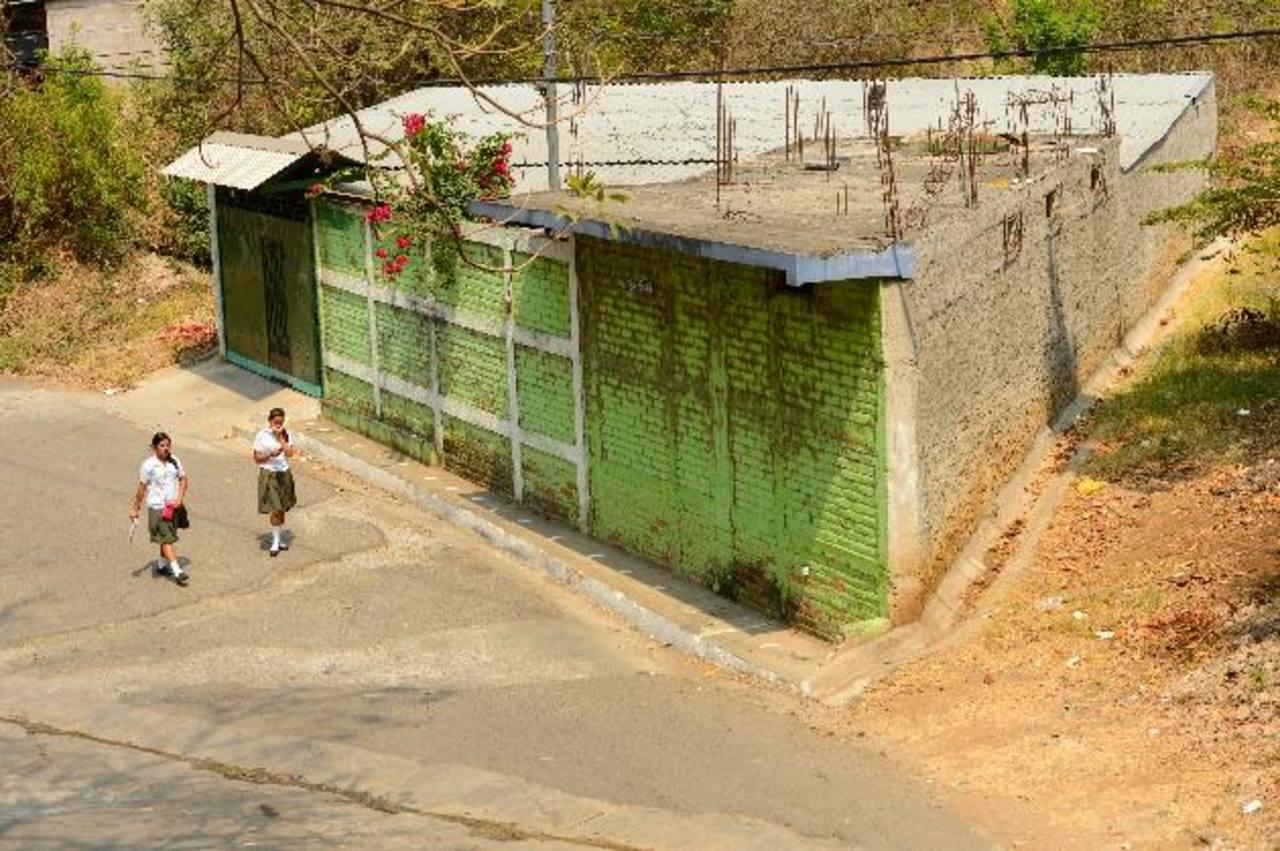 Calle principal de la colonia San Antonio, Sonsonate, frente al INA. Foto EDH / Marvin Recinos