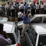 Trabajadores en Karachi, Pakistán fueron evacuados de sus oficinas tras el fuerte sismo. Foto/ Reuters