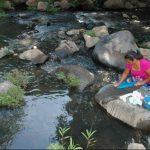 Hay algunas personas que aún se atreven a lavar ropa en el río Los Milagros a pesar de que conocen de su contaminación. foto edh / CRISTIAN DÍAZ