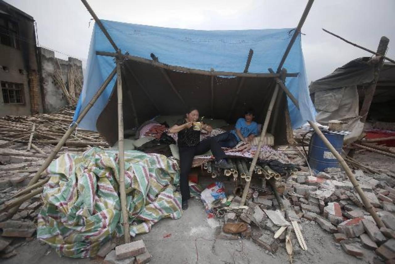 Varios damnificados se refugian en casas improvisadas con bolsas plásticas. Foto/ AP