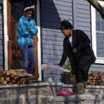 Vecinos colocaron flores y velas a la entrada de la casa del niño de 8 años que murió durante explosiones en Boston. Foto/ Reuters