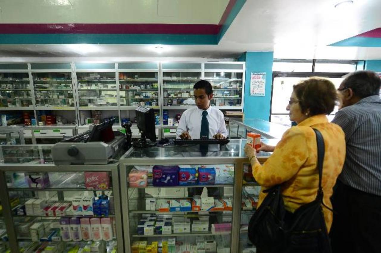 Una pareja de esposos pregunta por la existencia y los precios de los fármacos en la Farmacia San Nicolás, ubicada en Ciudad Merliot. Foto EDH /l. Monterrosa