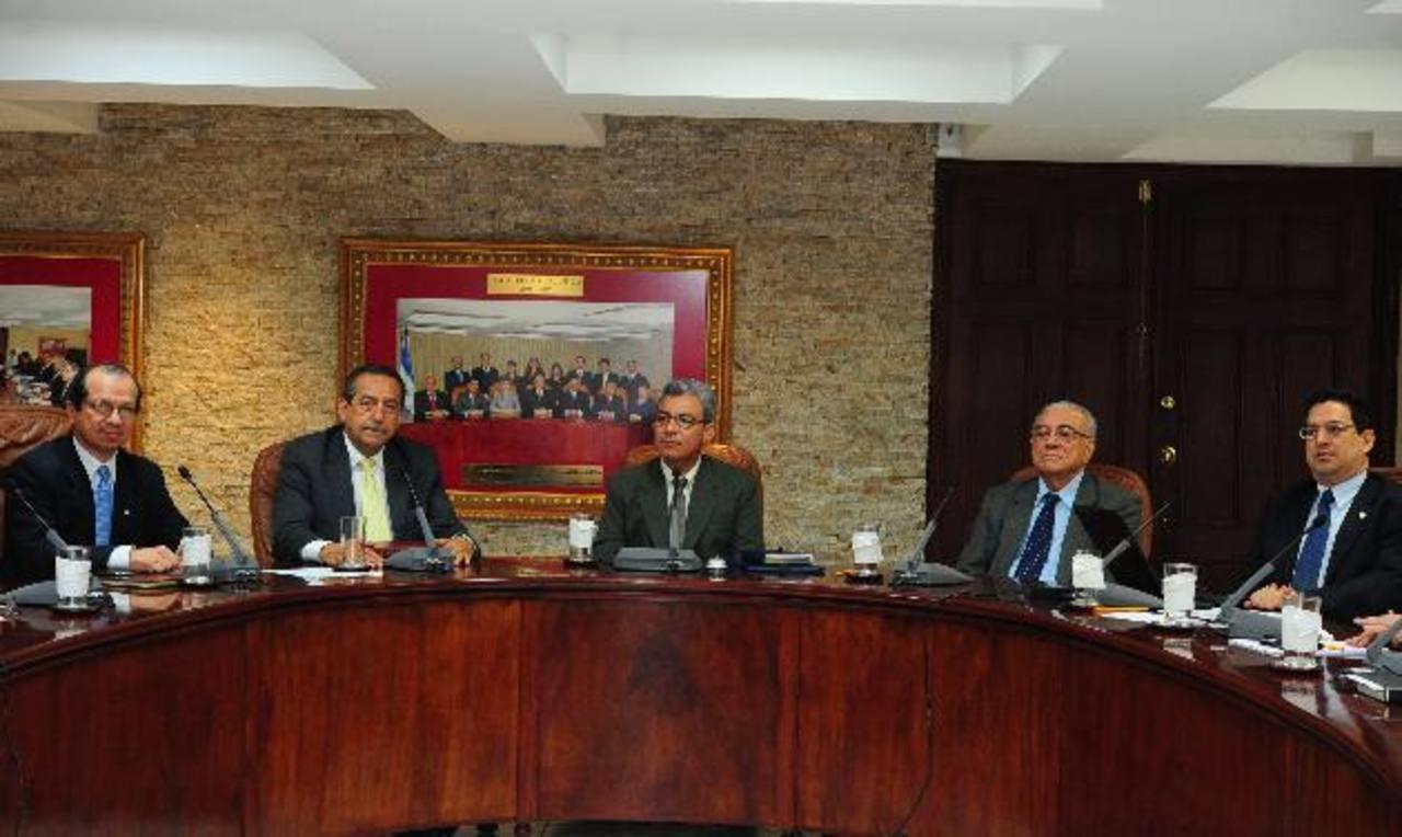 La resolución del amparo fue firmada por los cinco magistrados de la Sala de lo Constitucional. Foto EDH / Archivo