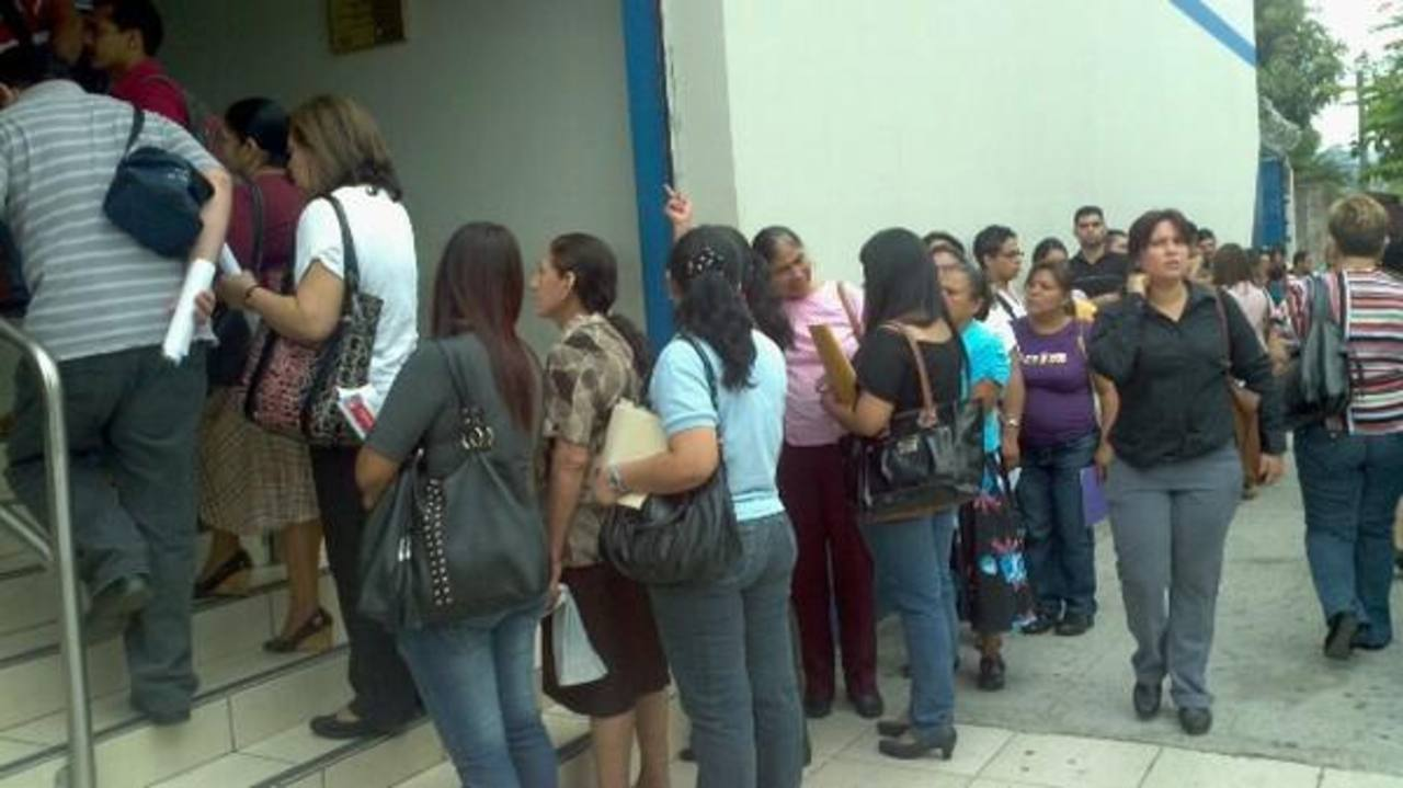 Largas filas para presentar la declaración de la Renta, cuyo plazo finaliza hoy. FOTO EDH/M. Hernández