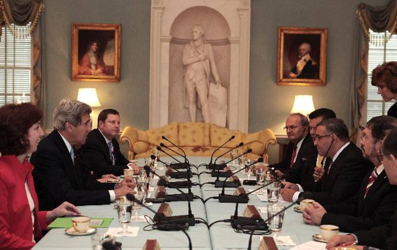 El presidente Mauricio Funes y su comitiva (derecha) en reunión con el secretario de Estado de Los Estados Unidos, John Kerry (izquierda). foto / cortesía capres