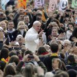 El papa Francisco saluda a la feligresía. Foto/ AP