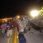 Cuatro de los automóviles embestidos quedaron unos sobre otros. FOTO EDH / Jorge Reyes