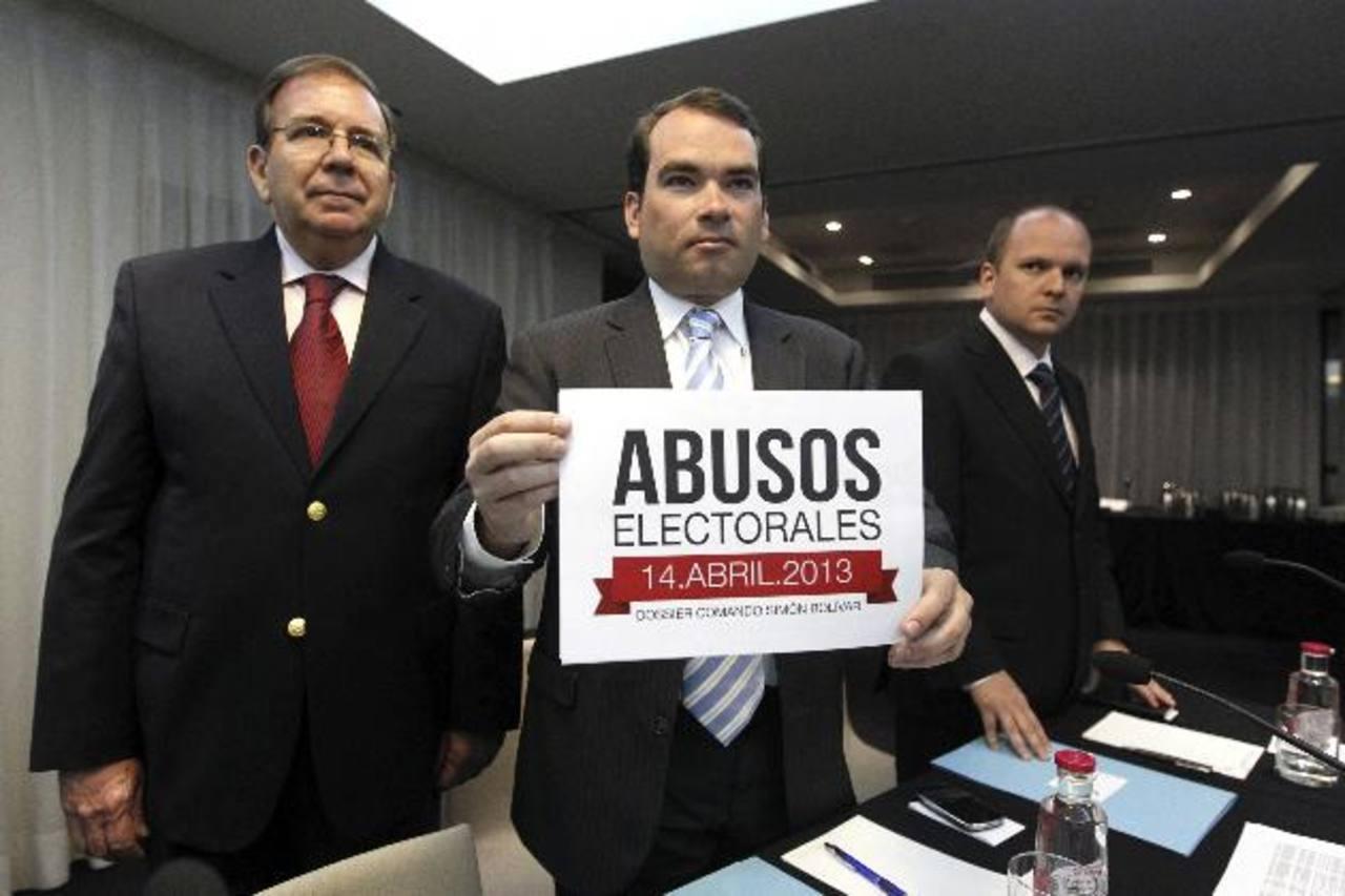 De izquierda a derecha, Edmundo González, Tomás Guanipa (c) y Ángel Medina. foto edh / efe