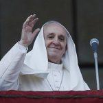 Una ráfaga de viento sorprendió al papa Francisco mientras estaba de pie en el balcón de la basílica de San Juan de Letrán. Foto/ Reuters