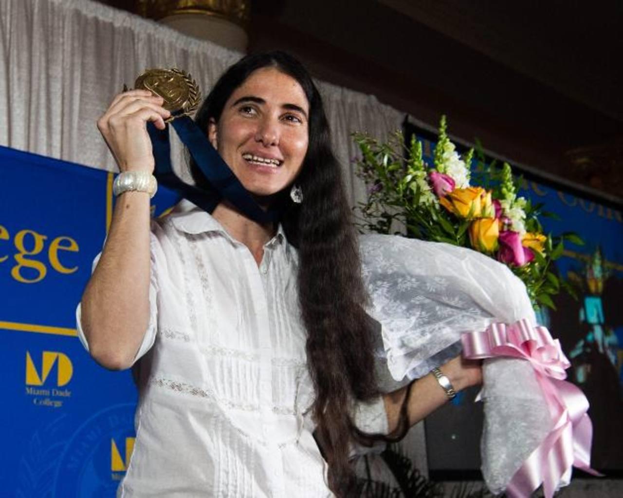 La disidente Yoani Sánchez muestra la Medalla Presidencial de la institución educativa Miami Dade College. foto edh / EFE