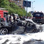 Bomberos extinguieron las llamas de un vehículo dañado tras el estallido de una bomba en el barrio de Mazzeh, en Damasco. Foto/ AP