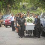 Familiares y artistas le dieron el último adiós al pintor Carlos Cañas. Foto EDH Omar Carbonero