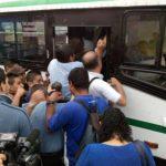 Algunos usuarios se esforzaron por abordar las pocas unidades que prestaron servicio en las colonias de Ilopango. Foto vía Twitter @UrquilloSV