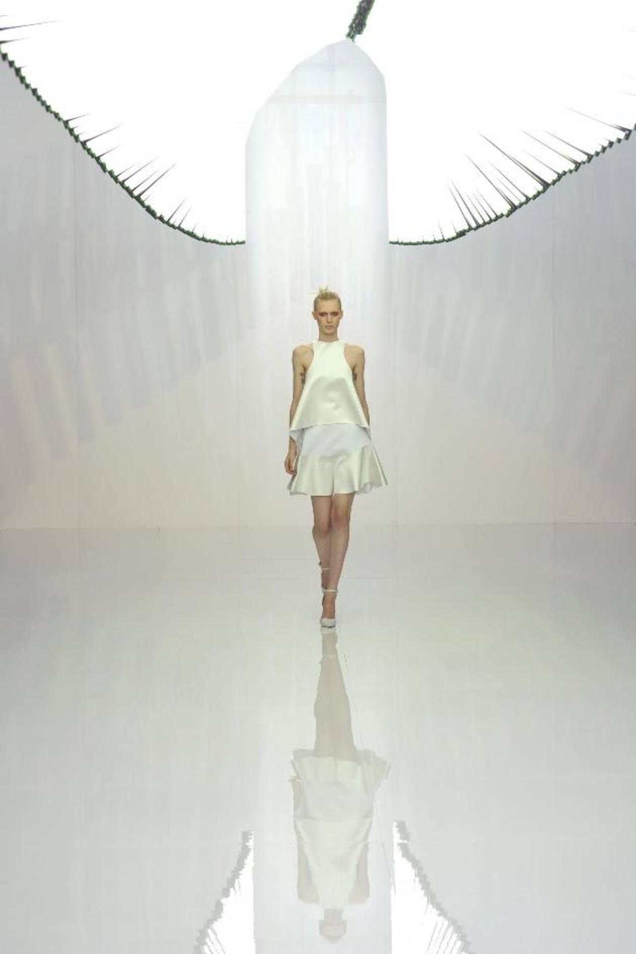 La elegancia y la feminidad resaltó en la colección de la marca Ben and Bridge, quien decantó por el blanco y tonalidades suaves.