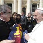 Monseñor Delgado Galindo le obsequia una camiseta del astro de fútbol argentino Lionel Messi al papa Francisco en el Vaticano. Foto/ Reuters