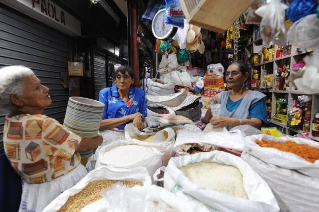 El gobierno hondureño está por aplicar un aumento al IVA hasta el 12 %, con lo que espera aumentar sus ingresos fiscales. foto edh /Archivo