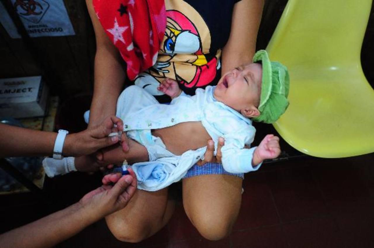 Un infante es vacunado en la Unidad de Salud del barrio de San Jacinto, en San Salvador. Foto EDH /archivo