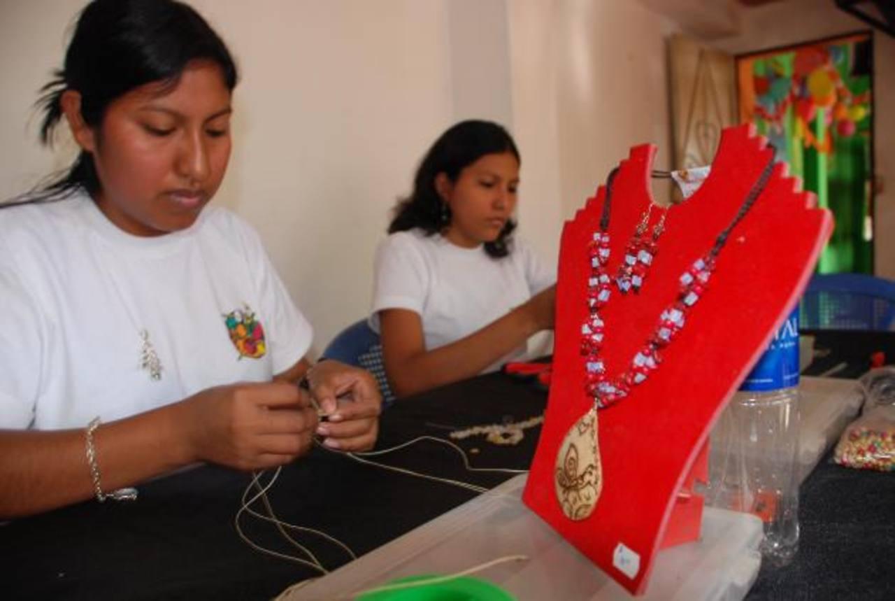 La dificultad de encontrar empleo provoca que muchos se autoempleen en el sector informal. foto edh /archivo