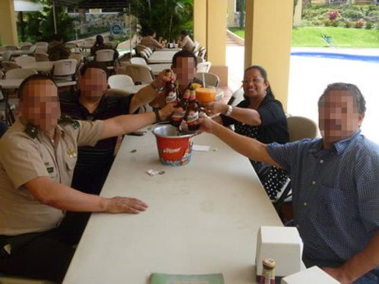Candelaria Morataya (al fondo), junto a un pariente suyo, el militar que está detenido vinculado al ataque a las dos turistas en Olocuilta, y un hermano de este, durante una celebración días antes de que Candelaria fuera asesinada en un aparente asal