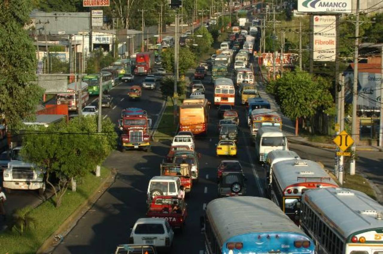 El Fovial construirá a esta altura, de la 50a. Avenida Norte, un paso a desnivel que vendrá a darle mayor fluidez al transporte público y particular. Foto EDH / Archivo