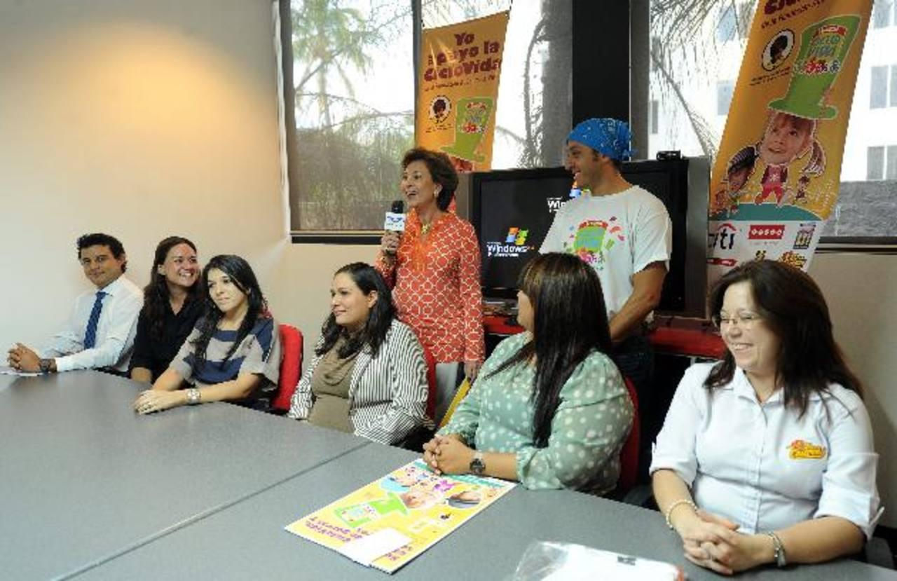 La presidenta de la Fundación, Leonor de Llach y los patrocinadores invitaron a participar. Foto EDH / mARLON hERNÁNDEZ.