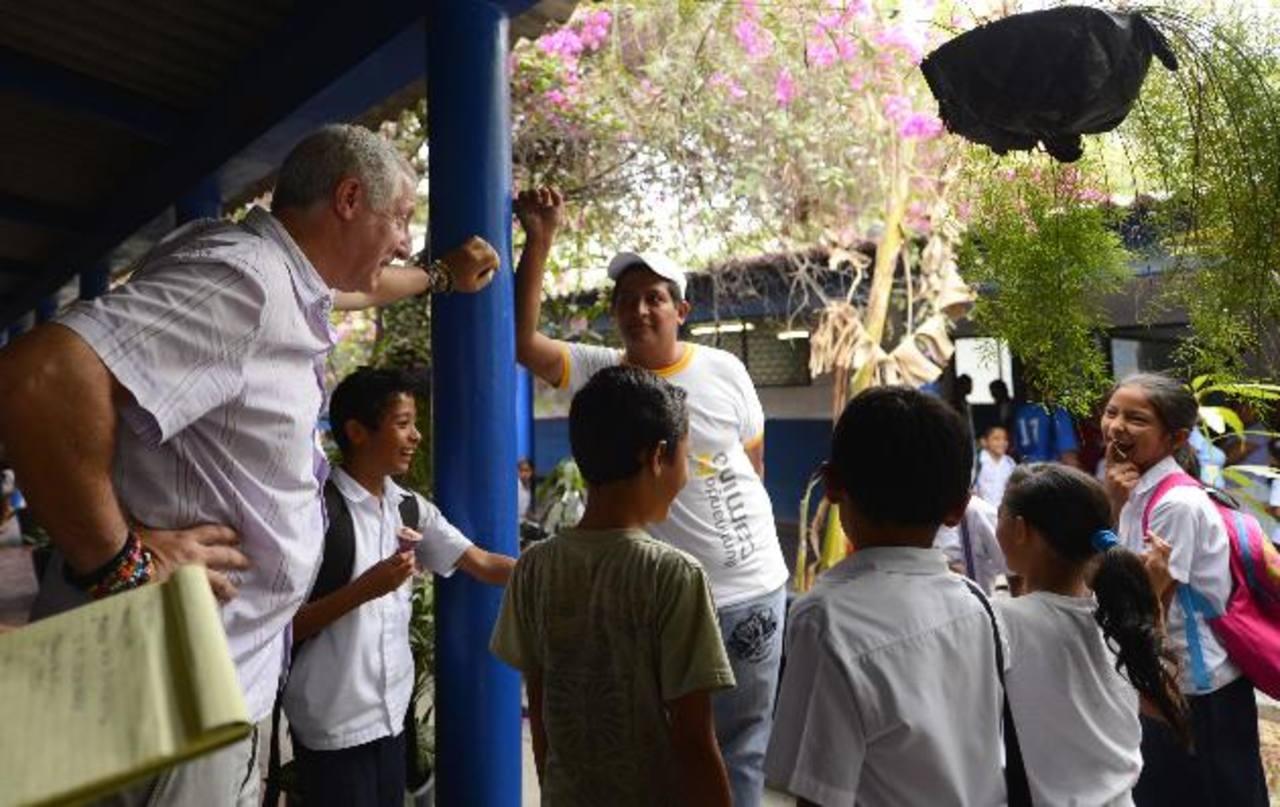 Alejandro Gutman (derecha) conversa con niños y uno de los instructores sobre las actividades diarias. Aunque se ha logrado mucho, Gutman no está satisfecho. Foto edh / Marvin Recinos