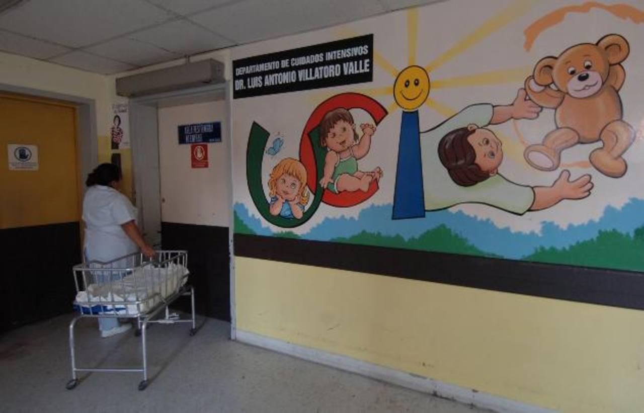 Una enfermera en la entrada de la Unidad de Cuidados Intensivos del Bloom. Foto EDH / archivo