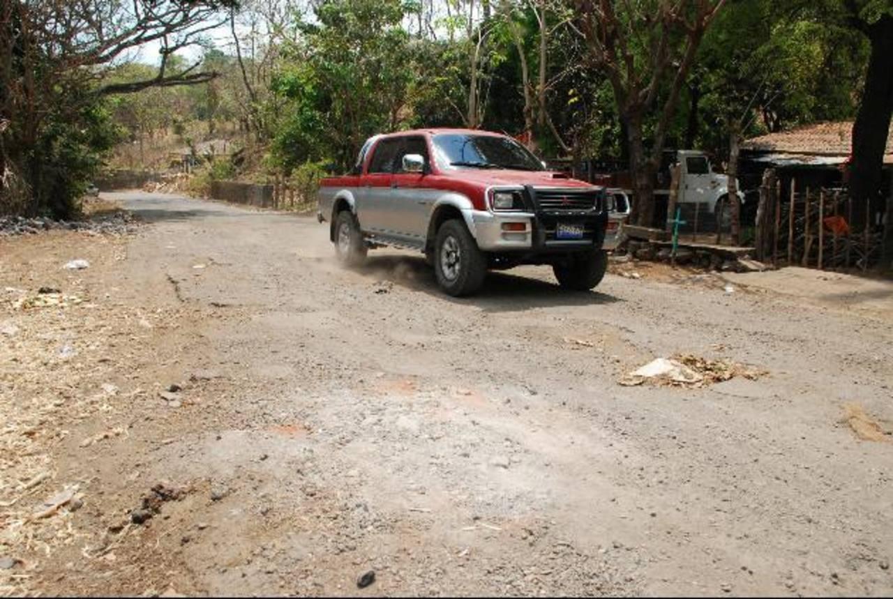 La carretera que une la vía Panamericana con el cantón Placitas luce destrozada en varios tramos. La calle une a cinco municipios de San Miguel. Foto EDH / Lucinda Quintanilla