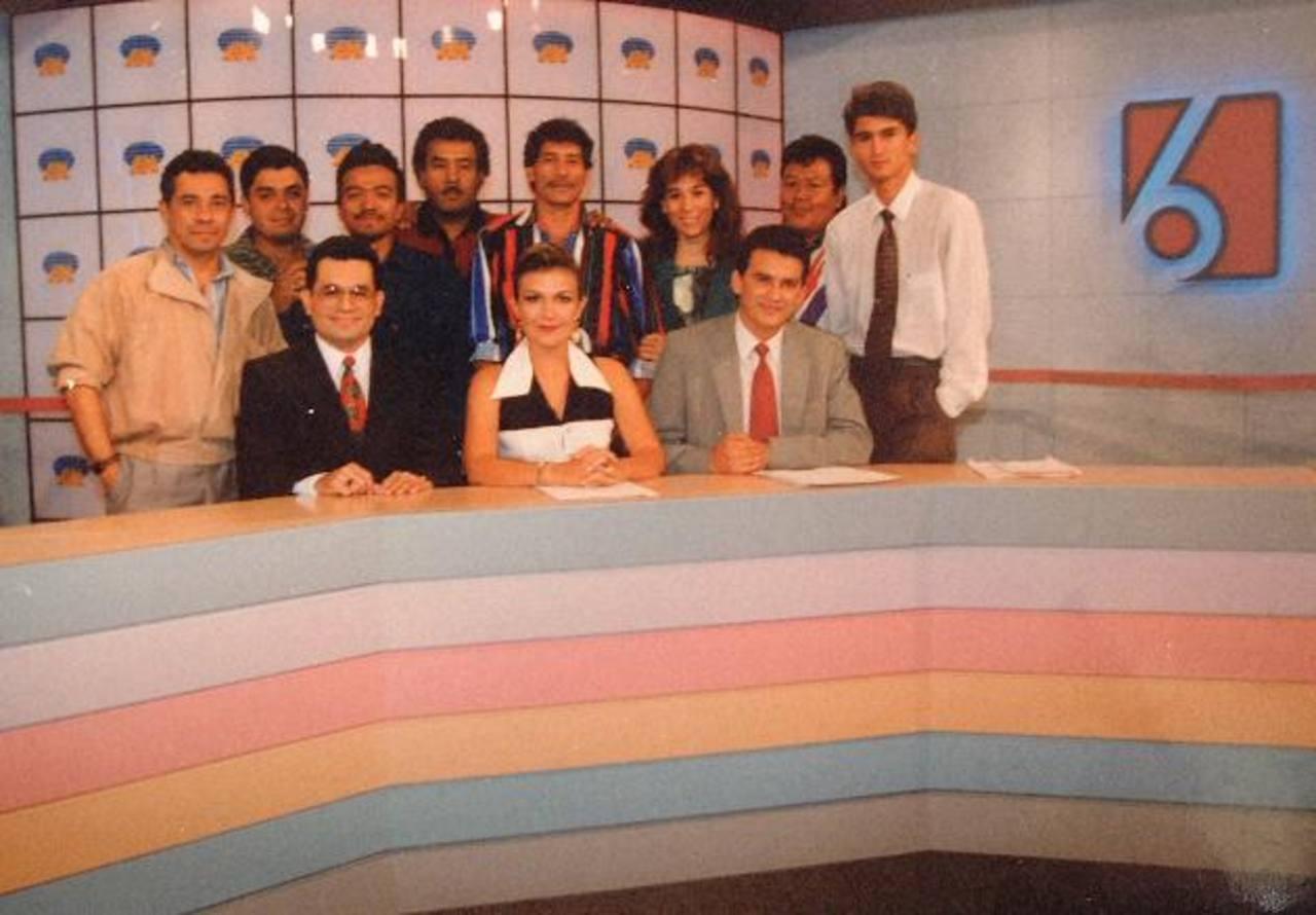 El equipo de El Noticiero a finales de los 80: al frente, los conductores Diana Ramos y Romeo Lemus (de gris). También aparece el periodista Mauricio Parada. Foto EDH/ Archivo