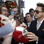 """Robert Downey Jr. Firma autógrafos durante la presentación de """"Iron Man 3"""" en un teatro de Hollywood. Foto Reuters"""