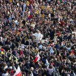 El Papa Francisco se despide de miles de fieles tras haber dado su primer mensaje de Pascua para pedir la paz en el mundo. Foto EDH /REUTERS