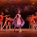 Los integrantes de Be a Dancer Dance Studio realizan una ensayo de la coreografía. Más de 50 alumnos participan en el montaje de Alicia en el país de las maravillas. Fotos / César avilés