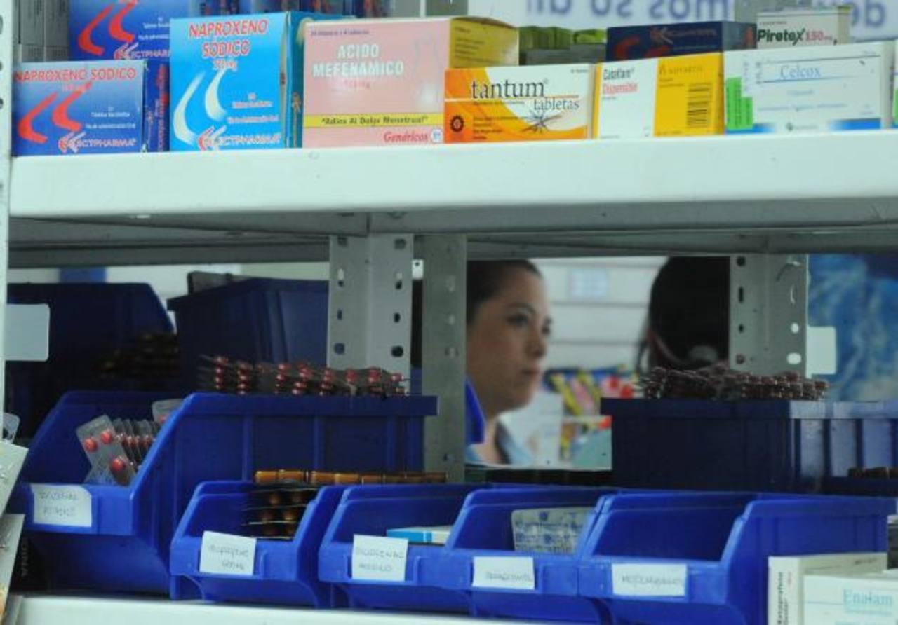 En las farmacias continuaba, ayer, el proceso de etiquetado de los nuevos precios de los medicamentos. Foto EDH / Lissette Monterrosa