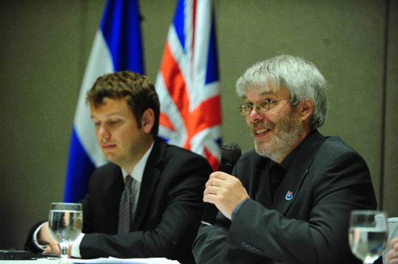 El periodista Stacey Bragger y el diputado Gavin Short brindaron la conferencia. foto edh / lissette lemus