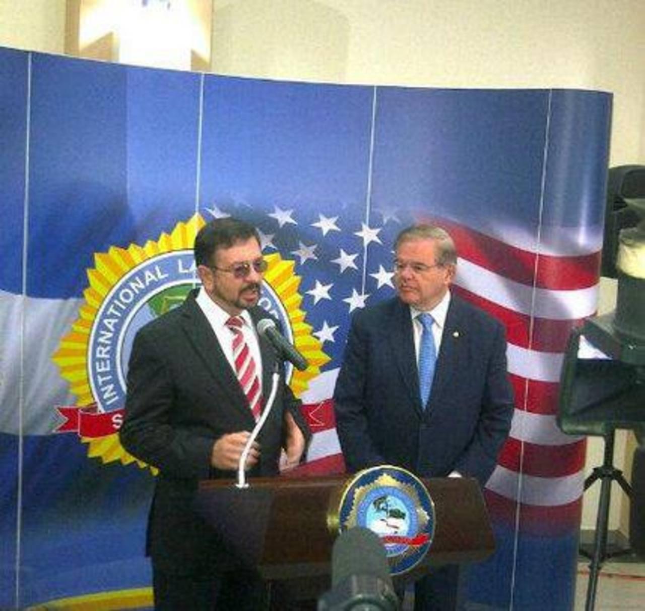 Ministro de Seguridad durante la conferencia en conjunto con el senador Robert Menéndez. Foto vía @MiSeguridad_SV