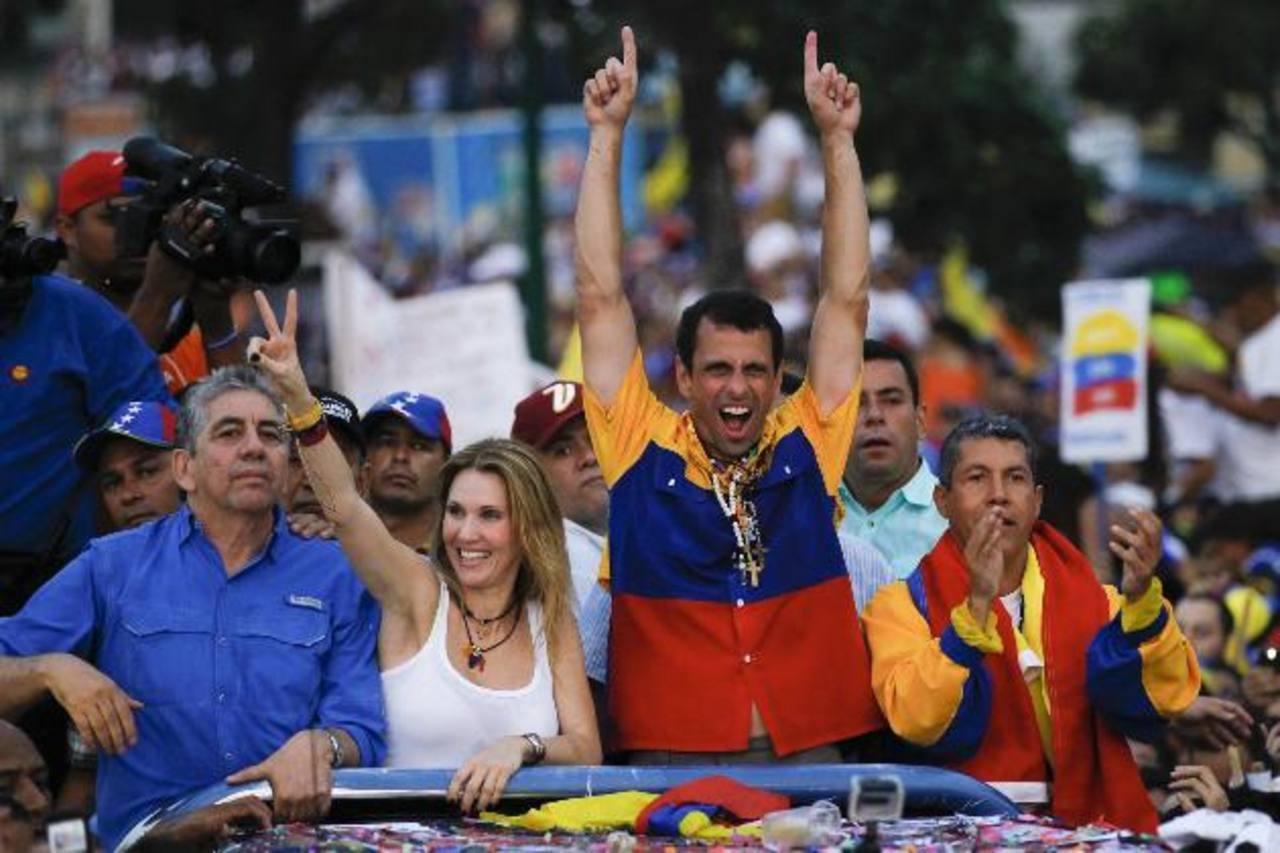 El opositor Henrique Capriles Radonski se dio un baño de masas en las calles de Caracas esta semana. foto edh / archivo
