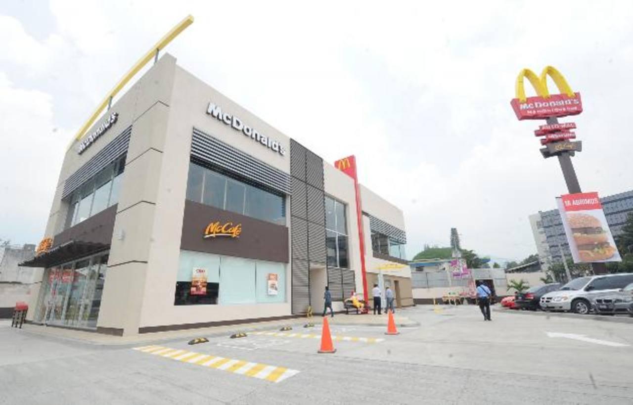 McDonald's Salvador de El Mundo fue inaugurado ayer por la noche, y es el más grande de la franquicia además de contar con un diseño diferente al resto de tiendas. Foto EDH /douglas urquilla