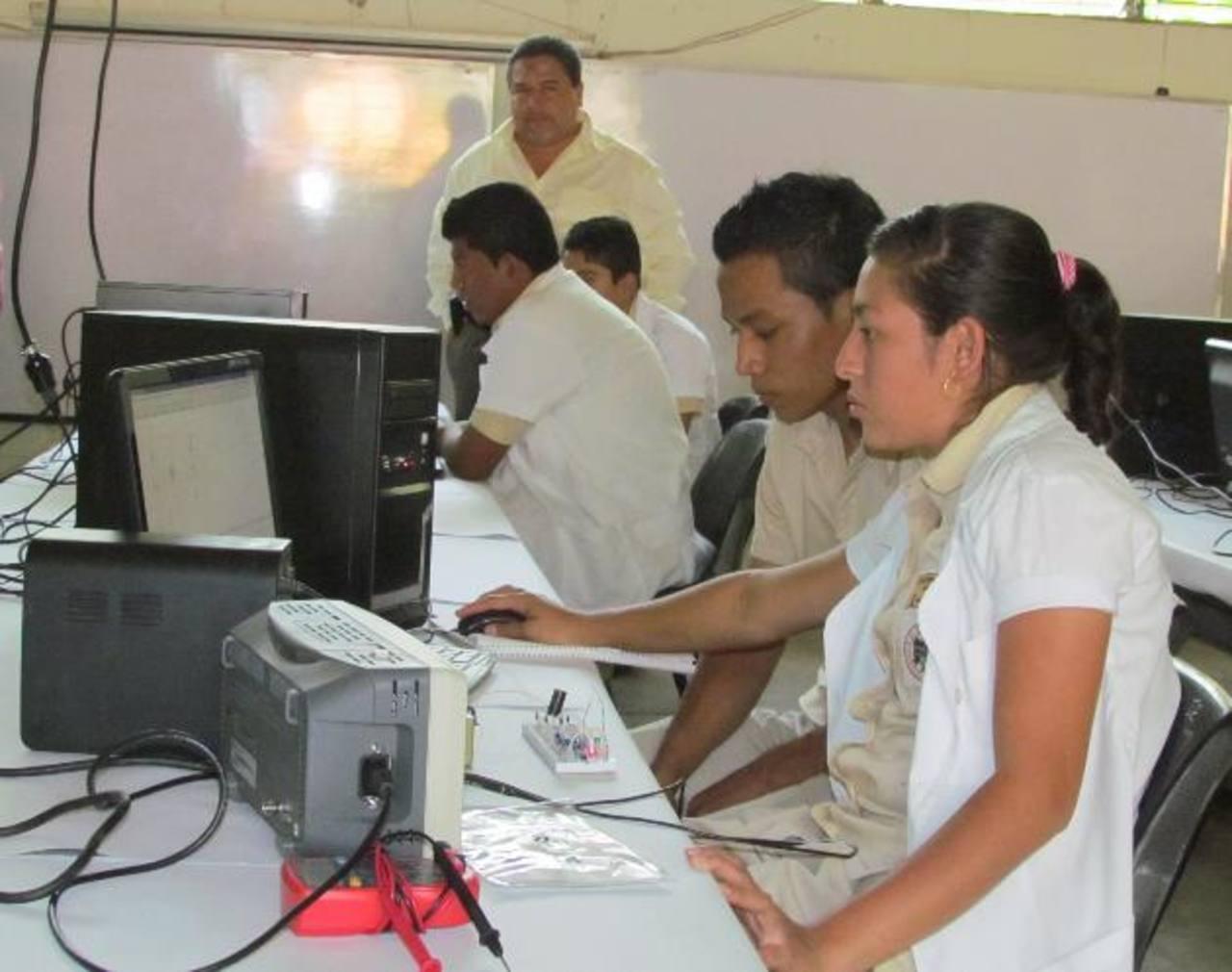 El Insa no solo necesita mejorar su infraestructura sino los equipos para las prácticas de los estudiantes. Foto EDH / Mauricio Guevara