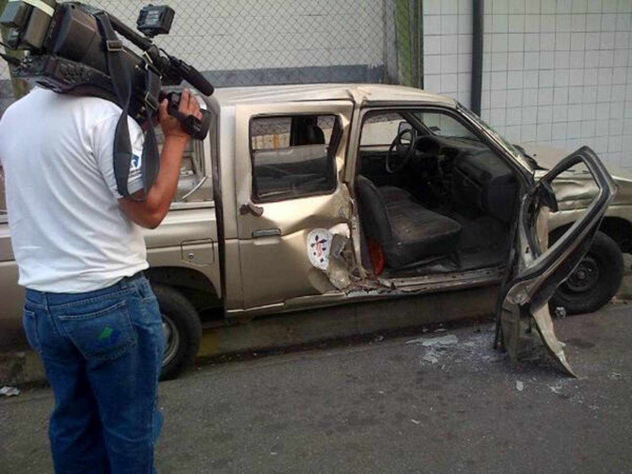 El accidente ocurrió sobre la 23a calle Poniente y 1a Avenida Norte, San Salvador. Foto vía Twitter Ángela Castro